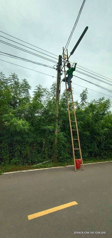 นายพชกร  หอมนาน นายช่างโยธาฯ ประชาสัมพันธ์การซ่อมแซมแก้ไระบบไฟฟ้าแสงสว่าง (ไฟกิ่ง ) ประจำเดือน สิงหาคม- กันยายน 2563