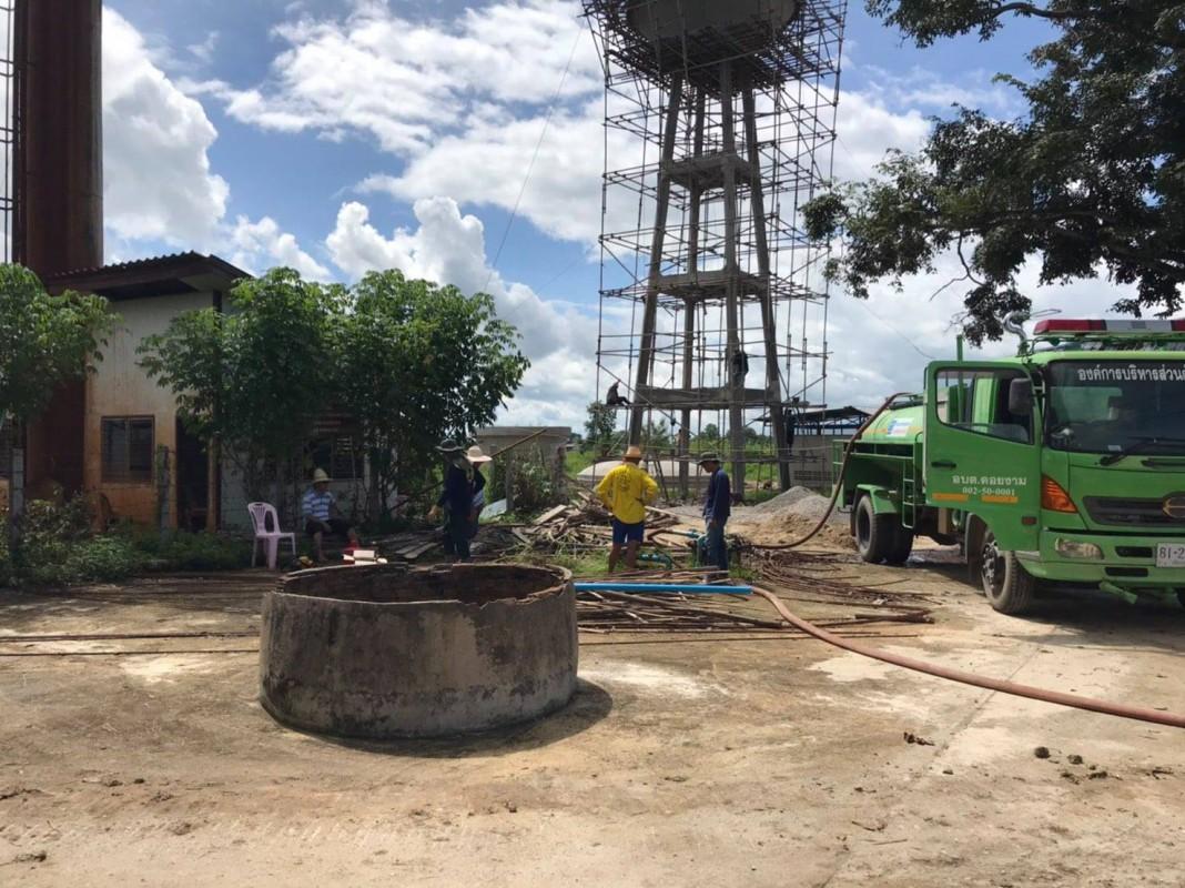 กองช่าง อบต.ดอยงาม นำรถบรรทุกน้ำ สนับสนุนเป่าล้างบ่อบาดาล หมู่ที่ 8 บ้านหนองหมด